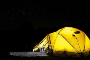 Namiot turystyczny w nocy