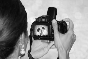 Fotograf robiący zdjęcia ślubne