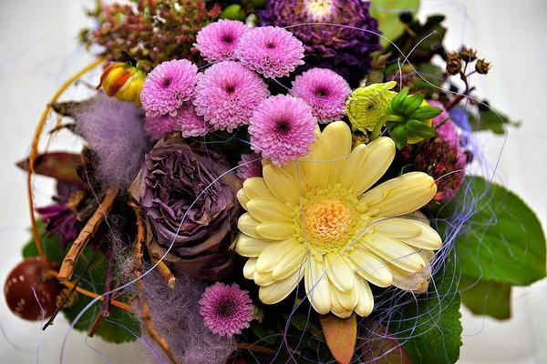 różnokolorowe akcesoria florystyczne